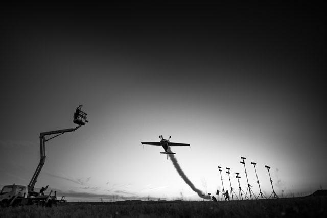صورة مصور يصور طائرة باستخدام ٣٠ فلاش خارجي!